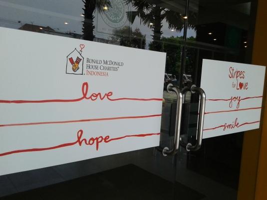 Sticker Stripes For Love di Pintu Masuk (Foto: Koleksi Pribadi)