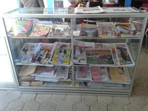 Pajangan jualan majalah dan koran
