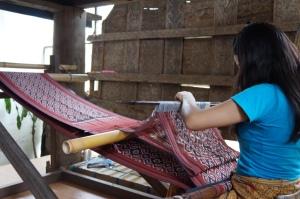 Pengrajin tenun tradisional (foto: koleksi pribadi)