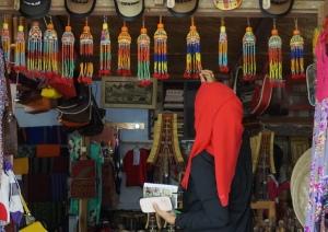 Belanja manik-manik di Kete'kesu (foto: koleksi pribadi)