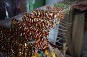 Gelang Toraja di pasar tradisional (foto: koleksi pribadi)