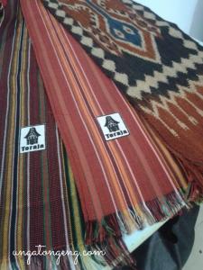 Syal dari kain tenun toraja