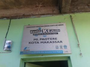 Papan di atas pintu masuk madrasah